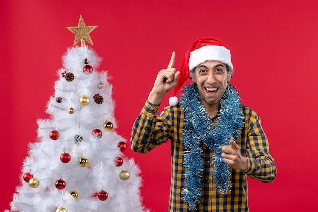 붉은 벽 휴일 크리스마스 인간에 새해 분위기 주위 전면보기 젊은 남성