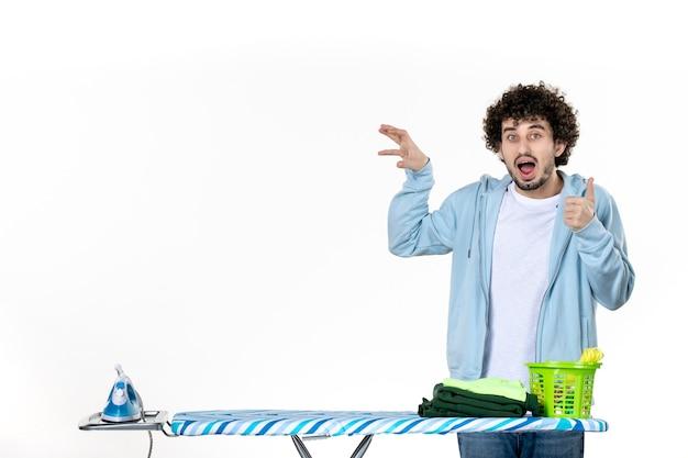 전면보기 젊은 남성 흰색 배경에 다림판 뒤에 철 색 남자 청소 가사 세탁 사진 옷