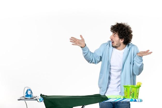 정면도 젊은 남성 흰색 바탕에 다림판 뒤에 있는 집안일 다림질 청소 감정 색깔 인간의