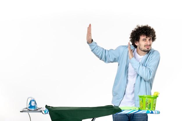 정면도 젊은 남성 흰색 바탕에 다림판 뒤편 가사 다림질 세탁 청소 감정 색깔 인간의