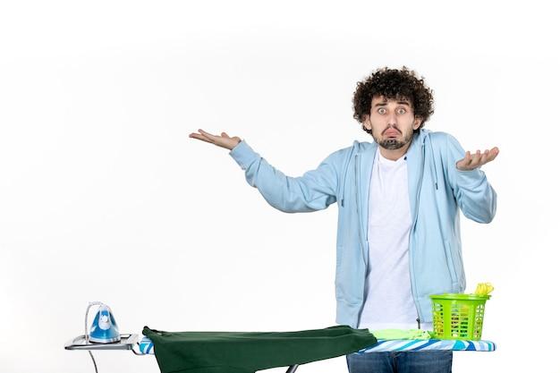 정면도 젊은 남성 흰색 바탕에 다림판 뒤에서 집안일 다림질 세탁 옷 청소 감정 남자 색상