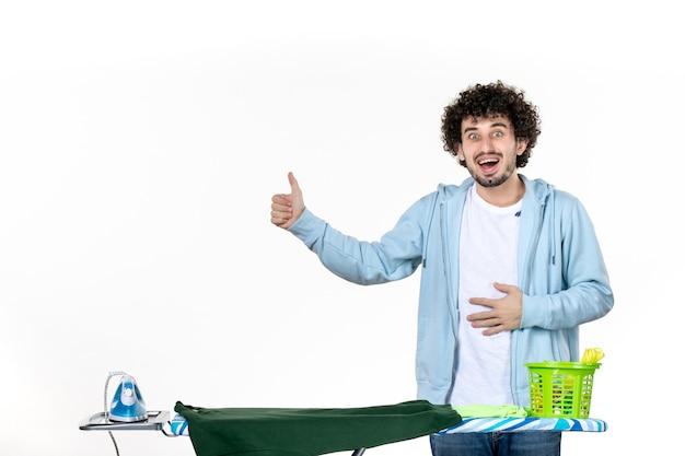 전면보기 젊은 남성 다림 질 판 뒤에 배경 배경 가사 다림질 세탁 옷 청소 감정 남자
