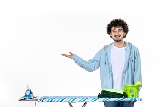 정면도 젊은 남성 다림판 뒤에 흰색 배경에 미소 옷 남자 청소 철 가사 컬러 세탁 사진