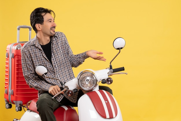 Giovane maschio di vista frontale sulla bici con la sua borsa sul giallo