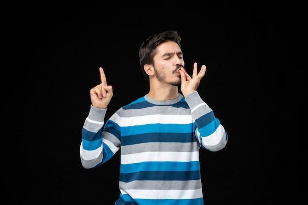 Vista frontale giovane maschio in jersey a righe blu rivolto verso l'alto