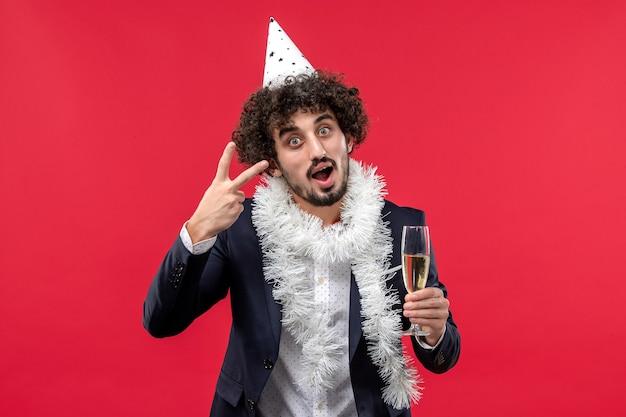 붉은 벽 인간의 휴일 파티에 또 다른 년을 축하 전면보기 젊은 남성