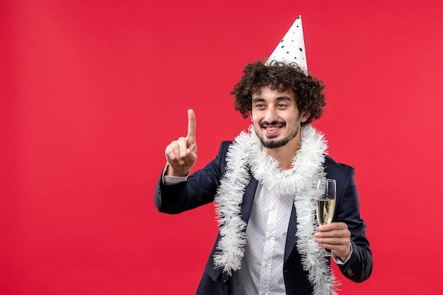 Giovane maschio di vista frontale che celebra un altro anno sulla festa umana di feste rosse dello scrittorio