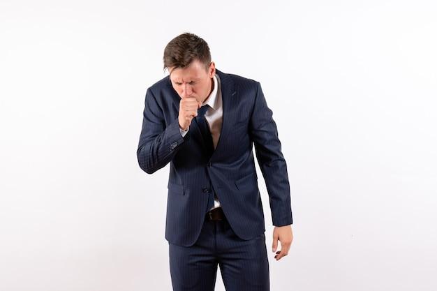 正面図白い背景の感情の古典的な厳格なスーツで咳をする若い男性人間のファッションモデルスーツ男性