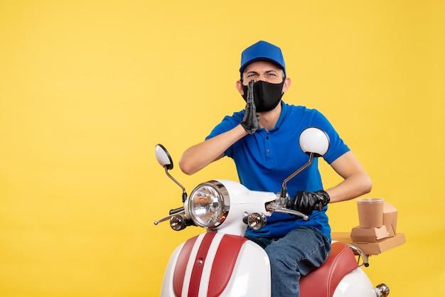 Вид спереди молодой курьер-мужчина в синей форме, говорящий что-то на желтом фоне
