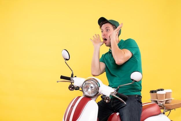 노란색에 녹색 제복을 입은 전면보기 젊은 남성 택배