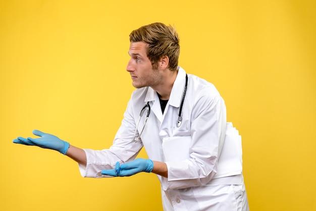 노란색 배경 병원 건강 위생 병에 누군가에게 이야기 전면보기 젊은 남성 의사
