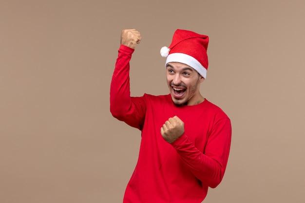 갈색 배경 감정 휴일 남성에 감정적으로 기쁨 전면보기 젊은 남성