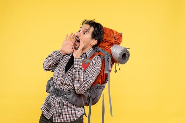 노란색 배경 여행 캠퍼스 높이 관광 산 인간의 색상에 누군가 큰 소리로 전화 배낭과 하이킹에가는 전면보기 젊은 남성