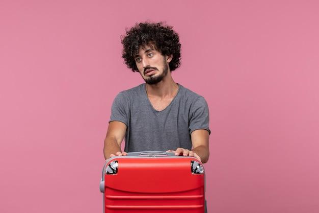 Vista frontale giovane maschio in maglietta grigia che si prepara per il viaggio nello spazio rosa
