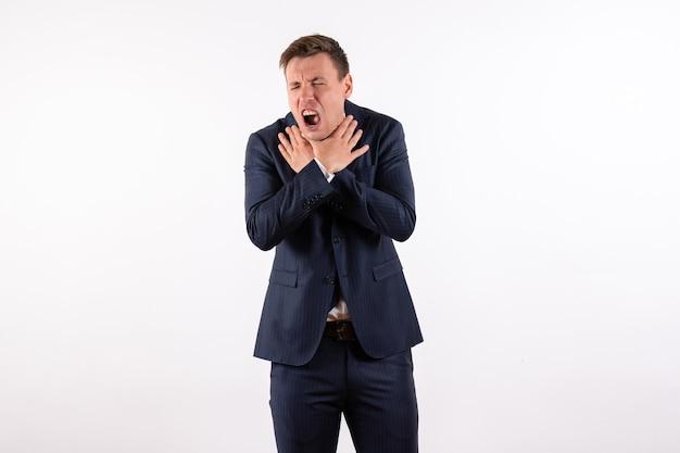 正面図白い背景の感情の古典的な厳格なスーツで呼吸の問題を抱えている若い男性人間の男性のスーツのファッションモデル