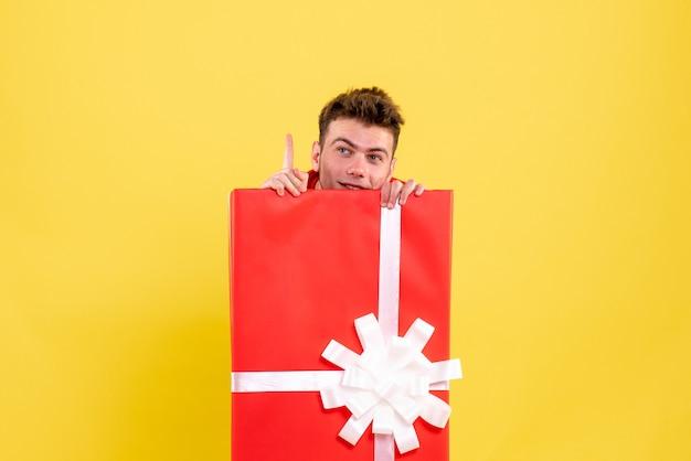 プレゼントボックスの中に隠れている正面図若い男性