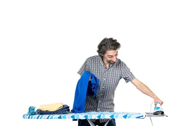 흰색 배경에 파란색 셔츠와 철을 들고 전면 보기 젊은 남성 집 남자 색상 깨끗한 기계 철 가사