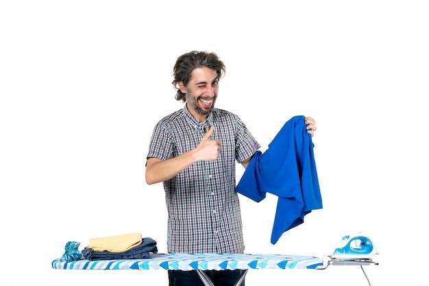 정면도 젊은 남성 흰색 배경에 파란색 셔츠를 들고 집안일 일 아이언 맨 집 옷 기계 세탁