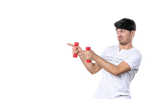 正面図白い背景にダンベルを保持している若い男性ボディフィットダイエット健康アスリートヨガスポーツ人間の色のライフスタイル