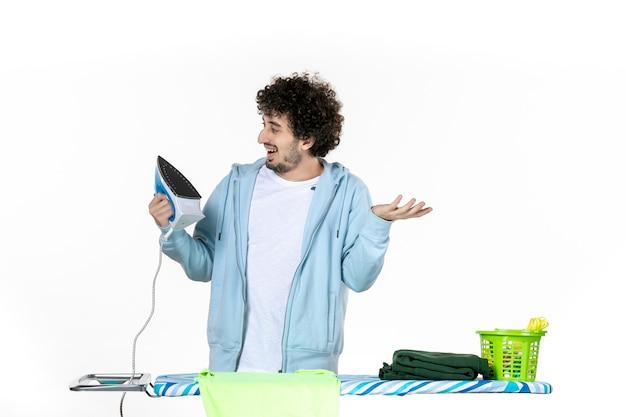 정면도 젊은 남성 흰색 바탕에 철을 들고 철 색 남자 세탁 사진 옷 가사 청소