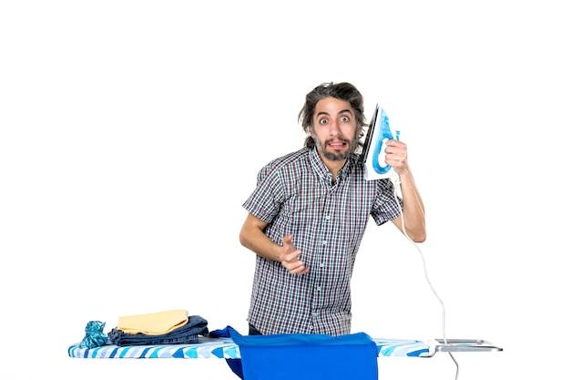 전면보기 젊은 남성 흰색 배경에 철을 들고 기계 남자 가사 다림질 옷 깨끗한 집