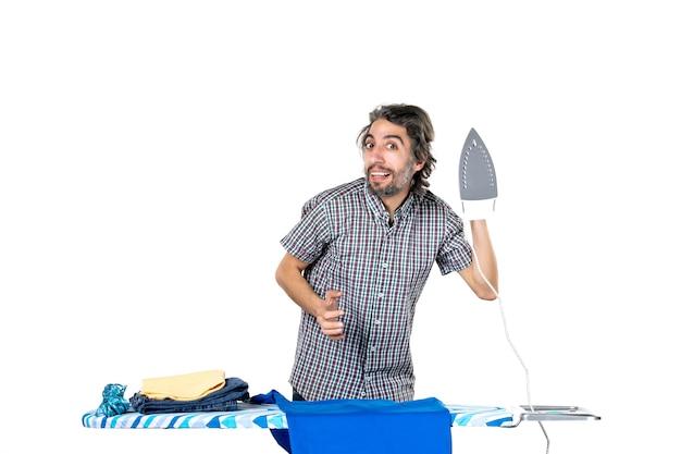 전면보기 젊은 남성 흰색 배경에 철을 들고 기계 남자 가사 작업복 깨끗한 집