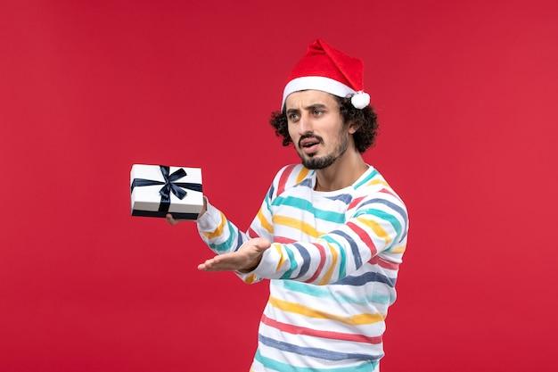 赤い壁の感情休日新年赤にほとんどプレゼントを保持していない正面図