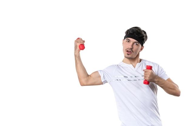 정면도 젊은 남성 흰색 배경에 빨간 아령을 들고 육상 경기 선수 요가 라이프 스타일 다이어트 색깔 건강 스포츠 신체 인간의