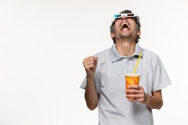 正面図白い壁にdサングラスでソーダを保持している若い男性リモート映画の楽しみ孤独