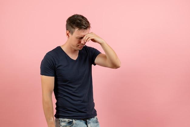 Вид спереди молодой мужчина в синей футболке, закрывая нос на розовом фоне, мужчина, модель, цвет эмоции, мужчина