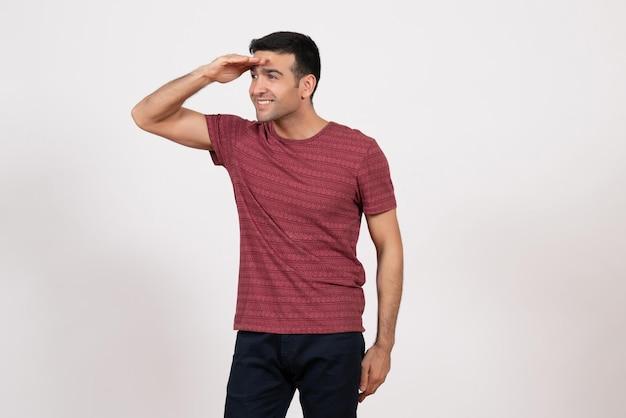 正面図白地に笑顔の濃い赤のtシャツの若い男性