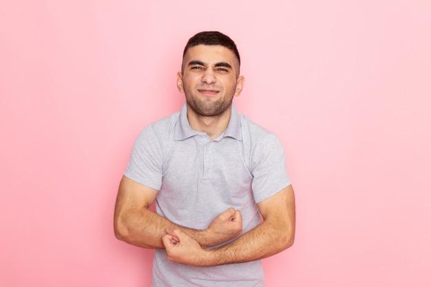 ピンクの屈曲灰色のシャツで正面の若い男性