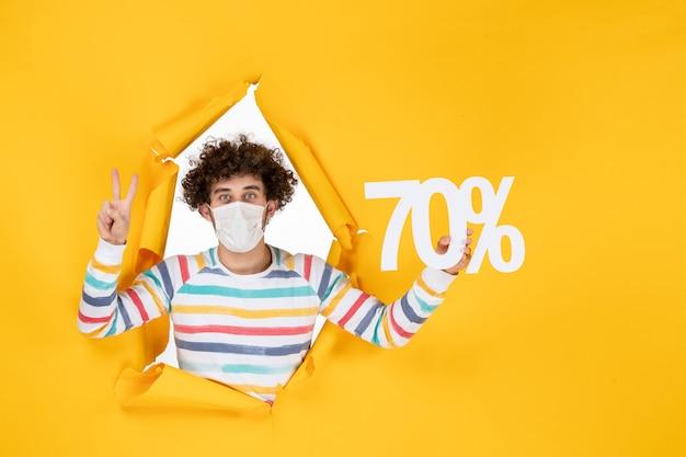노란색 판매 색상 바이러스 covid- 사진 쇼핑에 글을 쓰고 마스크를 쓴 전면 보기 젊은 남성