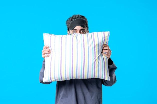 파란색 배경 색상 침실 휴식 불면증 수면 밤 어두운 침대 악몽 꿈에 베개를 들고 잠옷에 젊은 남성