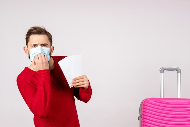 흰 벽 covid- 비행기 휴가 감정 바이러스 비행 컬러 여행에 티켓을 들고 멸균 마스크에 전면보기 젊은 남성