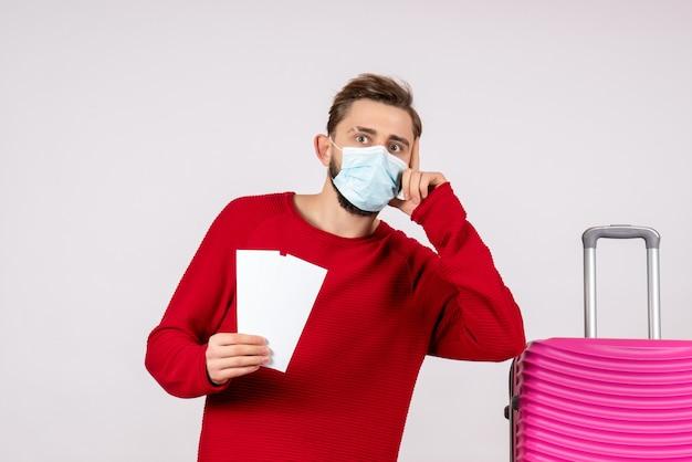흰 벽 항해 covid- 여행 휴가 감정 바이러스 항공편 색상에 티켓을 들고 멸균 마스크에 전면보기 젊은 남성
