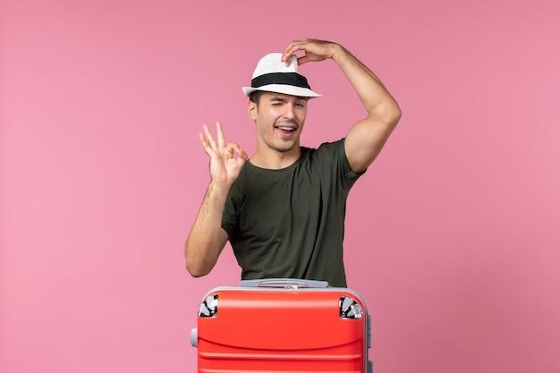 분홍색 공간에 모자를 쓰고 휴가에 전면보기 젊은 남성