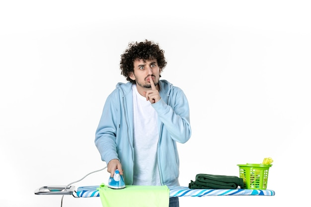 전면보기 흰색 배경에 보드에 젊은 남성 다림질 수건 철 색 남자 청소 가사 세탁 사진 옷