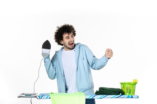 전면보기 젊은 남성 다림질 타월 흰색 배경에 기뻐하다 철 색 남자 청소 세탁 사진 옷 집안일