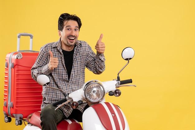 黄色のバッグと自転車の正面図若い男性