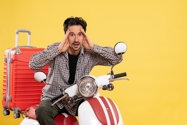 黄色の彼のバッグと自転車の正面図若い男性