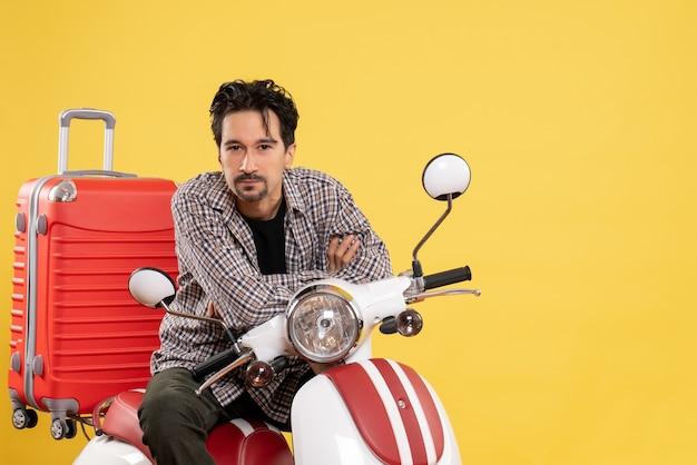 노란색에 그의 가방과 함께 자전거에 전면보기 젊은 남성