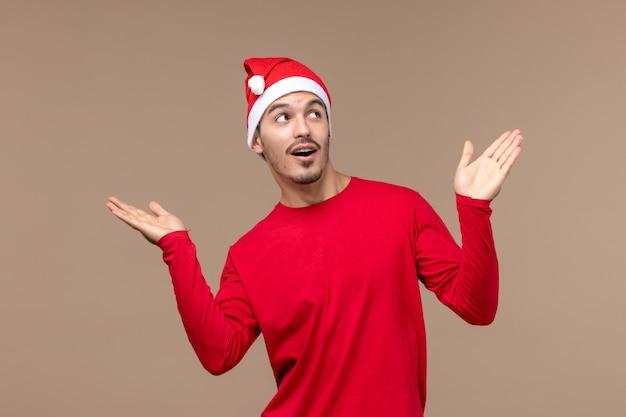 갈색 배경 감정 휴일 남성에 포즈 전면보기 젊은 남성
