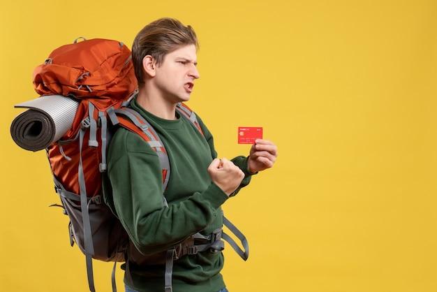 은행 카드를 들고 하이킹을 준비하는 전면보기 젊은 남성