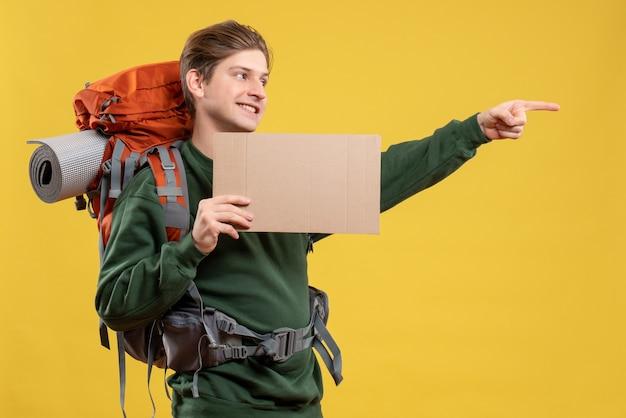 ハイキングの準備をしている正面の若い男性