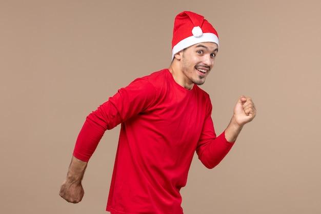 갈색 배경 감정 휴일 남성에 흥분된 표정으로 실행 전면보기 젊은 남성