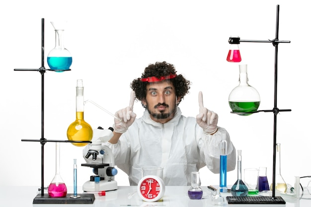 특수 양복과 보호용 헬멧을 착용하는 전면보기 젊은 남성 과학자