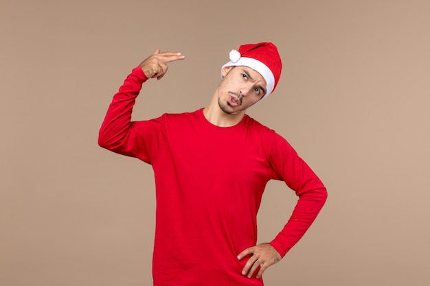 Вид спереди молодой мужчина кричит сам на коричневом фоне эмоции рождественского праздника