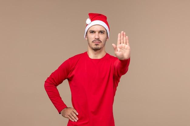 갈색 배경 감정 휴일 남성에 정지 신호를 보여주는 전면보기 젊은 남성