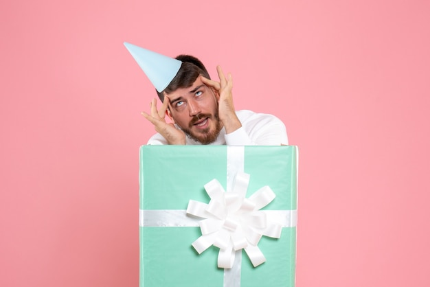 핑크 색상 감정 크리스마스 새해 사진 인간에 선물 상자 안에 전면보기 젊은 남성 서